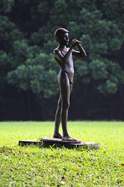 Patung peniup seruling di Istana Bogor