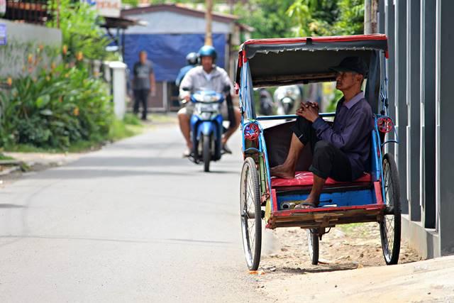 Fotografi Jalanan Mengajarkan Bersyukur - Tukang Becak Menunggu Penumpang