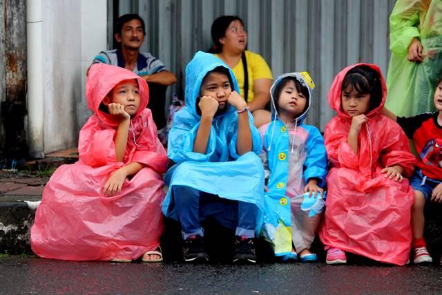 Gaya anak anak menunggu parade dimulai A