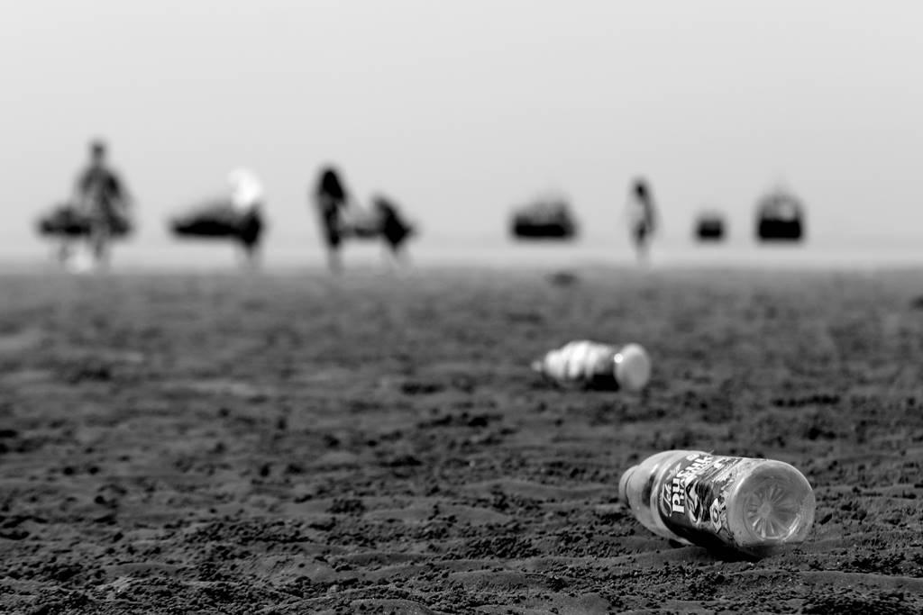 Sampah Botol Plastik Di Pantai Kartini Rembang